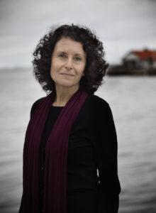 Anna Grinzweig Jacobsson är teknologie doktor i fysik, skribent och leder Judiska salongen i Göteborg. Flykten till Marstrand är hennes bokdebut.