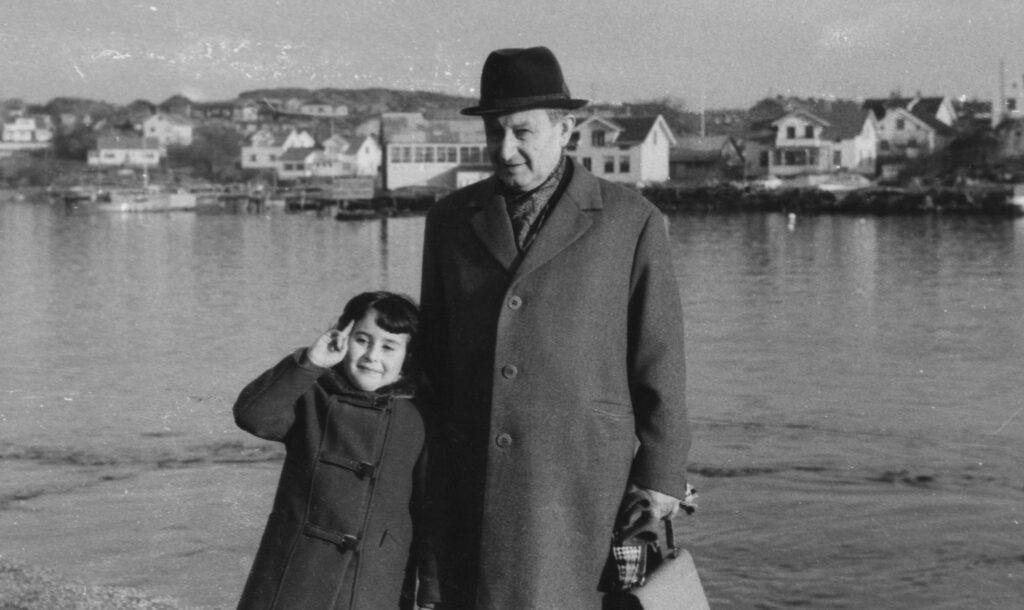 Anna Grinzweig med sin pappa på Marstrand vintern 1969.